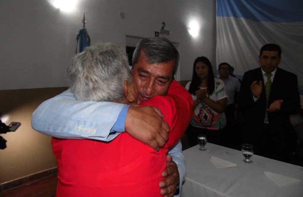 Int. Jorge Castañeda se estrecha en un fuerte y emocionado abrazo con su Madre Mauricia.
