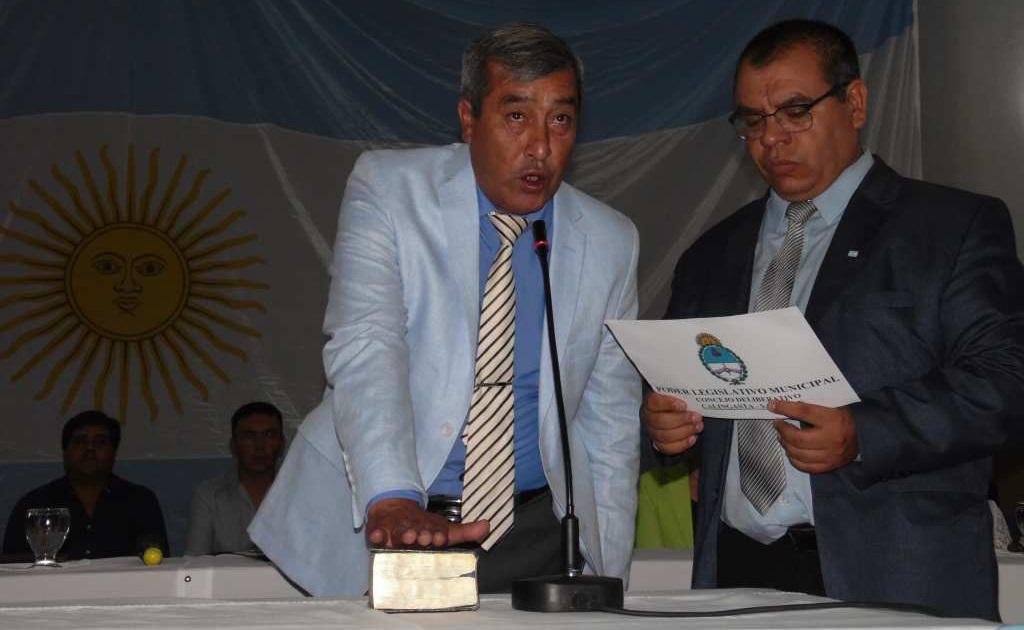 Int. Jorge C. Castañeda hace juramento tomado por el Pte. del Concejo Sr. Celso Hugo Astudillo